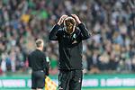 02.11.2019, wohninvest WESERSTADION, Bremen, GER, 1.FBL, Werder Bremen vs SC Freiburg<br /> <br /> DFL REGULATIONS PROHIBIT ANY USE OF PHOTOGRAPHS AS IMAGE SEQUENCES AND/OR QUASI-VIDEO.<br /> <br /> im Bild / picture shows<br /> Florian Kohfeldt (Trainer SV Werder Bremen) schlägt Hände über dem Kopf zusammen,  <br /> <br /> Foto © nordphoto / Ewert