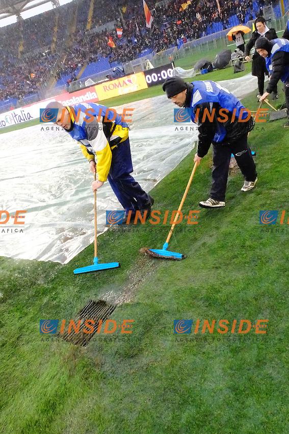 Addetti di servizio liberano il campo dall'acqua <br /> Roma 02-01-2014 Stadio Olimpico - Football Calcio Serie A 2013/2014 AS Roma - Parma Foto Andrea Staccioli / Insidefoto