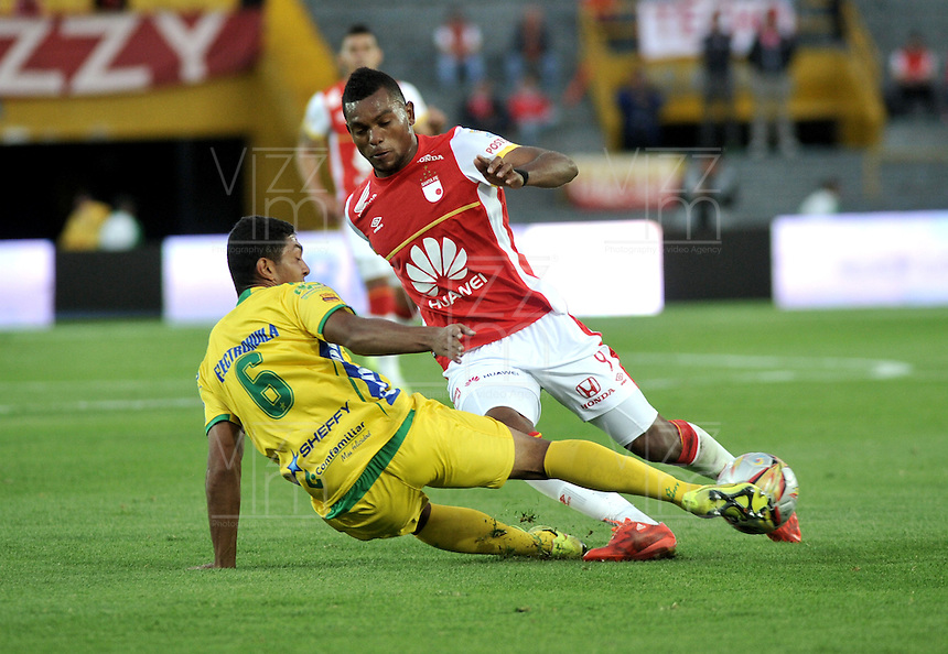 BOGOTA - COLOMBIA - 23-08-2015: Miguel Borja (Der.) jugador de Independiente Santa Fe disputa el balón con Eder Castañeda (Izq.) jugador de Atletico Huila, durante partido por la fecha 8 entre Independiente Santa Fe y Atletico Huila de la Liga Aguila II-2015, en el estadio Nemesio Camacho El Campin de la ciudad de Bogota. / Miguel Borja (R) player of Independiente Santa Fe struggles for the ball with Eder Castañeda (L) jugador of Atletico Huila, during a match of the 8 date between Independiente Santa Fe and Atletico Huila, for the Liga Aguila II -2015 at the Nemesio Camacho El Campin Stadium in Bogota city, Photo: VizzorImage / Luis Ramirez / Staff.