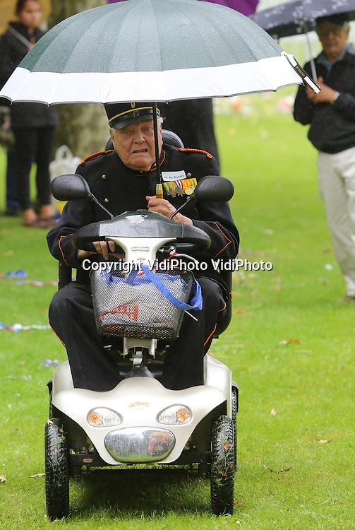 Archieffoto: VidiPhoto<br /> <br /> ARNHEM - De 94-jarige voormalige KNIL-soldaat Maarten de Roode wil niet meer in Bronbeek wonen. Inmiddels heeft hij het Koninklijk Tehuis voor oud-militairen in Arnhem verlaten. Reden is de expositie &quot;Oorlog, van Indi&euml; tot Indonesi&euml; 1940-1945&quot; over de politionele acties. De Roode zegt letterlijk ziek te worden van de foto's. Bronbeek-commandant Michiel Dulfer weigert echter de expositie af te lasten. Wel is hij bereid om de fotoboden langs de looproute naar de eetzaal te verwijderen, maar volgens de familie van de oud-militair is het vertrouwen in Bronbeek weg. Dulfer denkt dat de hevige reactie van De Roode te maken heeft met schuldgevoelens over het verleden. &quot;Ze hebben namelijk veel kameraden verloren tijdens de politionele acties.&quot;