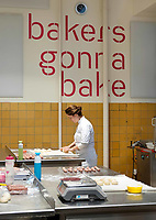 Nederland Zaandam - 2019.    Studente aan het werk in het Bakery Institute in de oude Verkadefabriek.    Foto mag niet in negatieve / schadelijke context gepubliceerd worden.     Het Bakery Institute is een particuliere opleiding voor iedereen die zich wil ontwikkelen in het bakkersvak. Je kunt bij het Bakery Institute terecht voor korte en lange programma's voor mensen met weinig tot geen voorkennis en vaktechnische weekcursussen voor professionals. Ook kun je je in 9 weken laten omscholen tot volleerd brood- of banketbakker. In de lessen wordt gewerkt met authentieke, lange (desem)processen, grondstoffen van goede kwaliteit, en worden de basiskennis en -technieken van het vak van patissier en boulanger op de juiste manier aangeleerd.   Foto Berlinda van Dam / Hollandse Hoogte