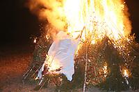 Kerwelies wird auf den Scheiterhaufen gelegt und zum Ende der Kerb verbrannt