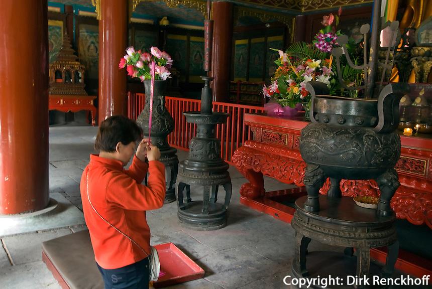 China, Peking (Beijing), Lama-Tempel (Yonghe Gong), Gläubige in letzter Halle (Wanfu Ge)