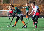 TILBURG  - hockey-  Inge Dankers (WereDi) met Pien Driessen (MOP)  tijdens de wedstrijd Were Di-MOP (1-1) in de promotieklasse hockey dames. COPYRIGHT KOEN SUYK