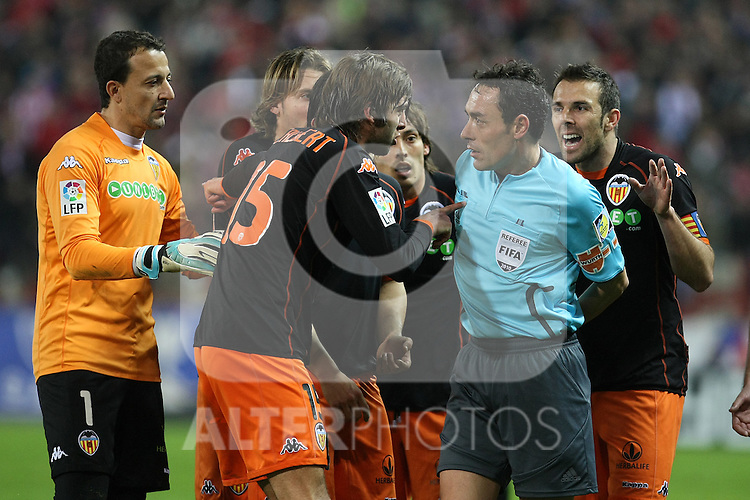 Valencia's Cesar Sanchez, Alexis Ruano, Angel Dealbert, David Jimenez Silva and Carlos Marchena have words with the referee Alfonso Perez Burrull during La Liga match.(ALTERPHOTOS/Acero)