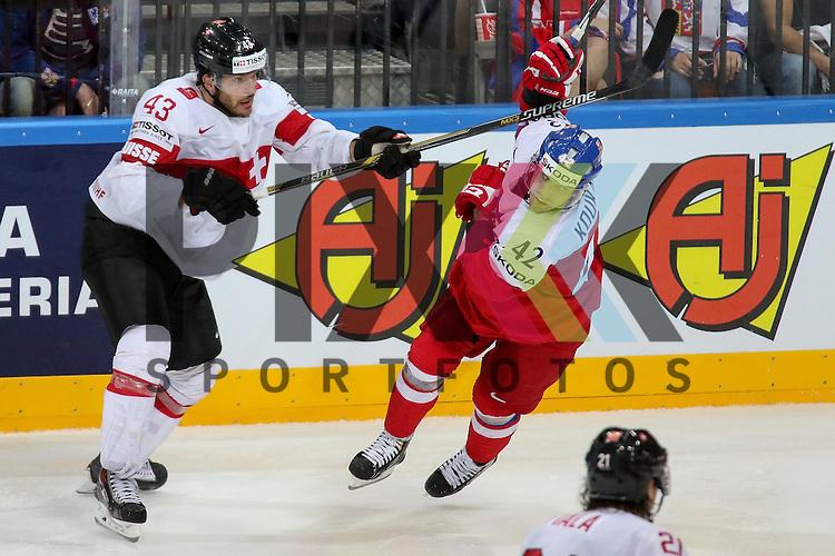 Schweizs Trachsler, Morris (Nr.43) im Zweikampf mit Tschechiens Koukal, Petr (Nr.42)(Jokerit Helsinki)  im Spiel IIHF WC15 Tschechien vs. Schweiz.<br /> <br /> Foto &copy; P-I-X.org *** Foto ist honorarpflichtig! *** Auf Anfrage in hoeherer Qualitaet/Aufloesung. Belegexemplar erbeten. Veroeffentlichung ausschliesslich fuer journalistisch-publizistische Zwecke. For editorial use only.