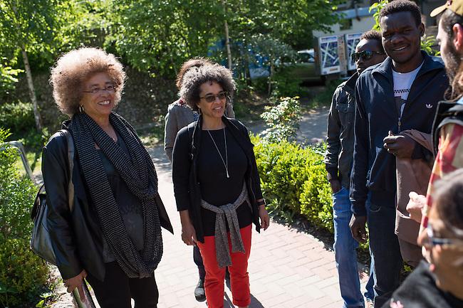 Die US-Menschenrechtlerin  Angela Davis (links im Bild) traf sich am Freitag den 15. Mai 2015 in Berlin mit Fluechtlingen. Unter ihnen viele, die in der Kreuzberger Schule in der Ohlauer Strasse wohnen. Sie sollen nach dem Willen der gruenen Regierung des Stadtteils das Schulgebaeude verlassen. Die Fluechtlinge schilderten ihr, wie ihre Situation in Deutschland und in Berlin ist, und wie sie von den deutschen Behoerden behandelt werden.<br /> Im Anschluss an das Gespraech gingen die Fluechtlinge mit ihr zum Schulgebaeude, ein Eintritt wurde ihr aber schon am Vortag vom Verantworlichen im Bezirksamt verwehrt.<br /> 15.5.2015, Berlin<br /> Copyright: Christian-Ditsch.de<br /> [Inhaltsveraendernde Manipulation des Fotos nur nach ausdruecklicher Genehmigung des Fotografen. Vereinbarungen ueber Abtretung von Persoenlichkeitsrechten/Model Release der abgebildeten Person/Personen liegen nicht vor. NO MODEL RELEASE! Nur fuer Redaktionelle Zwecke. Don't publish without copyright Christian-Ditsch.de, Veroeffentlichung nur mit Fotografennennung, sowie gegen Honorar, MwSt. und Beleg. Konto: I N G - D i B a, IBAN DE58500105175400192269, BIC INGDDEFFXXX, Kontakt: post@christian-ditsch.de<br /> Bei der Bearbeitung der Dateiinformationen darf die Urheberkennzeichnung in den EXIF- und  IPTC-Daten nicht entfernt werden, diese sind in digitalen Medien nach &sect;95c UrhG rechtlich geschuetzt. Der Urhebervermerk wird gemaess &sect;13 UrhG verlangt.]