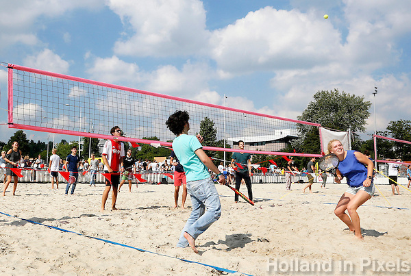 Nederland Amsterdam 2016. Intreeweek van de Universiteit van Amsterdam ( UvA ). Sport en spel bij het Science Park. De Intreeweek is de introductieweek voor de nieuwe studenten. Tennis / volleybal variant. Foto Berlinda van Dam / Hollandse Hoogte