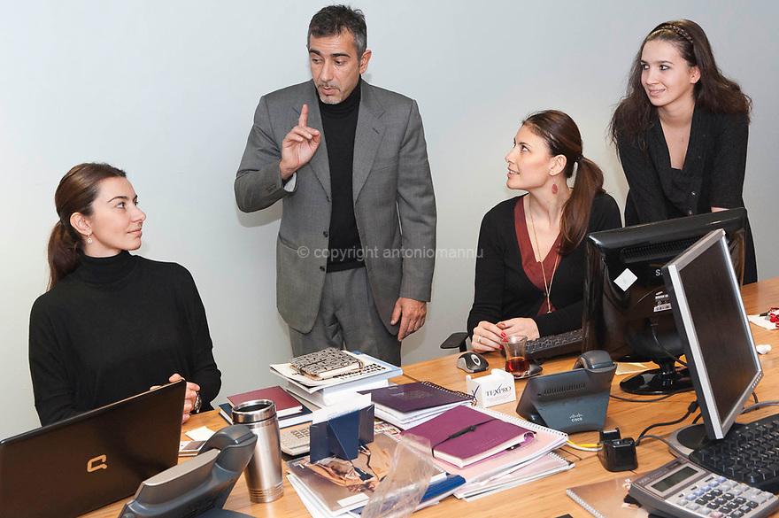 Paolo Troffa vive e lavora ad Istanbul. E' nato a Sassari, si è laureato all'Università Bocconi in Economia Aziendale. Lavora come direttore finanziario per la Ayaidin - Miroglio, azienda italo turca che opera nel settore del tessile e dell'abbigliamento. Qui è ritratto negli uffici della Ayaidin - Miroglio mentre discute con le stiliste dell'azienda.