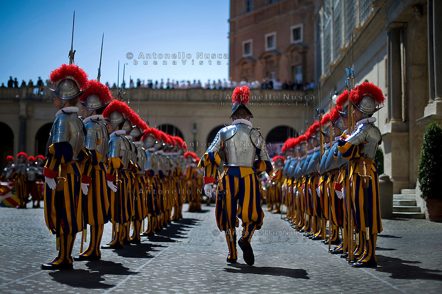 Le nuove reclute della Guardia Svizzera durante la cerimonia di giuramento. New recruits of the Vatican's elite Swiss Guard march at the swearing in ceremony for the Vatican's elite Swiss Guard at the Cortile di San Damaso at The Vatican. The swearing in ceremony is held on May 6 every year to commemorate the 147 halberdiers who died defending the pope in 1527.