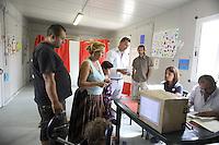 Roma, 2 Luglio 2011.Campo rom Via Salone..Chiusura delle votazioni e consegna alla Polizia Municipale, ora Roma Capitale, della scatola con le schede votate e i verbali. Hanno votato 203 persone ,più del 50% degli aventi diritto..Elezione dei rappresentanti delle comunità Rom.Iniziai dal campo di Via Salone e proseguirà in tutti i Campi Rom Autorizzati del Comune di Roma l'elezione dei rappresentanti delle comunità.Tutte le operazioni sono seguite  dal Comune di Roma