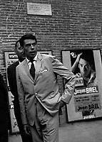 Jacques Brel, chanteur français, discutant à l'intérieur du Donjon, Toulouse,1er septembre 1962
