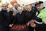 """Foto: VidiPhoto<br /> <br /> GELDERMALSEN – Directeur Cees van Doorn (met witte jas) van uitzendbureau VDU uit Waardenburg, bezoekt woensdag zijn personeel uit Moldavië bij fruitveiling Fruitmasters in Geldermalsen. De nieuwe werknemers sorteren het zachtfruit. Doordat het steeds moeilijker is om aan goed Pools personeel te komen voor werk in land- en tuinbouw, haalt Van Doorn zijn nieuwe personeel uit Moldavië. Hij constateert dat onder deze mensen een hoog arbeidsethos heerst. """"Het zijn serieuze, gemotiveerde, hardwerkende mensen die bovendien niet voor overlast zorgen bij huisvesting."""" VDU verwacht dat over twee tot drie jaar de helft van de arbeidsmigranten bestaat uit Moldaviërs."""