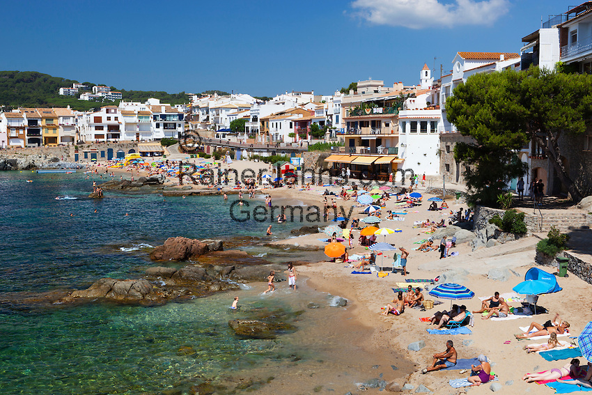 Spain, Catalonia, Costa Brava, Calella de Palafrugell: View over beach and seafront   Spanien, Katalonien, Costa Brava, Calella de Palafrugell