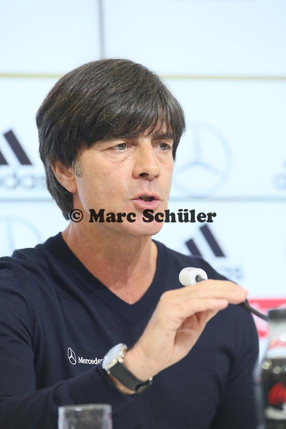 Bundestrainer Joachim Löw und Marcel Schmelzer mit der Aufstellung - Testspiel der Deutschen Nationalmannschaft gegen die U20 zur WM-Vorbereitung in St. Martin