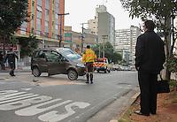 SÃO PAULO,SP,16.05.2015 - ACIDENTE -SP - Um veículo perdeu o controle e capotou na Av.Heitor Penteado perto do metrô Vila Madalena região oeste de São Paulo, na manhã deste sábado.Segundo informações preliminares ninguém se feriu.(Marcio Ribeiro / Brazil Photo Press).