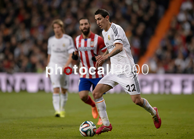 Real Madrid's Argentinian midfielder Angel di Maria (L) vies with Atletico Madrid's Turkish midfielder Arda Turan during the Spanish Copa del Rey (King's Cup) semifinal first-leg football match Real Madrid CF vs Club Atletico de Madrid at the Santiago Bernabeu stadium in Madrid on February 5, 2014.   PHOTOCALL3000/ DP