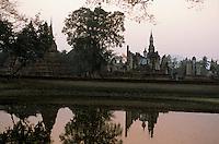 Asie/Thaïlande/Sukhothai : Dans le Parc Historique  Wat Mahathat (pôle spirituel du royaume de Sukhothai) au coucher du soleil