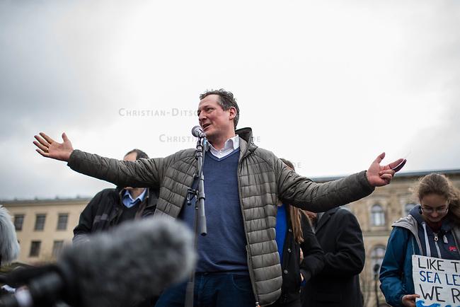 """Schuelerstreik und Demonstration """"Fridays4Future"""" (#f4f) in Berlin.<br /> Mehr als 10.000 Menschen, hauptsaechlich Schuelerinnen und Schuler kamen am Freitag den 15. Maerz 2019 in Berlin zur woechentlichen Klimademonstration um gegen die Klimapolitik der Bundesegierung zu protestieren. Erstmals wurden sie dabei von Eltern (""""Parents for Future"""") und Wissenschaftlern (Scientist for Future) unterstuetzt.<br /> An diesem Freitag streikten Schuelerinnen und Schueler weltweit  in mehr als 1650 Staedten fuer ein umdenken in der Klimapolitik.<br /> Im Bild: Der Arzt und Wissenschaftler Eckart von Hirschhausen.<br /> 15.3.2019, Berlin<br /> Copyright: Christian-Ditsch.de<br /> [Inhaltsveraendernde Manipulation des Fotos nur nach ausdruecklicher Genehmigung des Fotografen. Vereinbarungen ueber Abtretung von Persoenlichkeitsrechten/Model Release der abgebildeten Person/Personen liegen nicht vor. NO MODEL RELEASE! Nur fuer Redaktionelle Zwecke. Don't publish without copyright Christian-Ditsch.de, Veroeffentlichung nur mit Fotografennennung, sowie gegen Honorar, MwSt. und Beleg. Konto: I N G - D i B a, IBAN DE58500105175400192269, BIC INGDDEFFXXX, Kontakt: post@christian-ditsch.de<br /> Bei der Bearbeitung der Dateiinformationen darf die Urheberkennzeichnung in den EXIF- und  IPTC-Daten nicht entfernt werden, diese sind in digitalen Medien nach §95c UrhG rechtlich geschuetzt. Der Urhebervermerk wird gemaess §13 UrhG verlangt.]"""