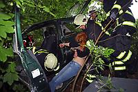 Rettung einer jungen Frau aus dem Unfallfahrzeug - Messel/Egelsbach 12.05.2018: Feuerwehr-Großübung im Wald