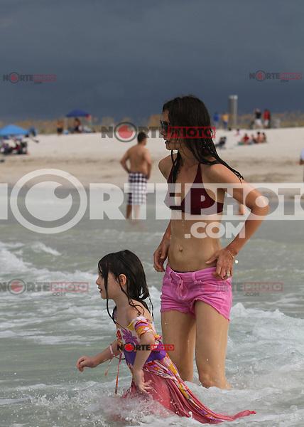 MRPIXX - 18 JUNE 11..MIAMI BEACH, FLORIDA..KATIE HOLMES AND SURI ENJOYED A BEACH DAY IN MIAMI..NON EXCLUSIVE BY..MRPIXX
