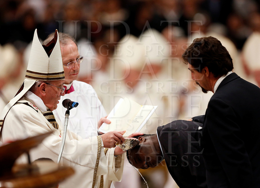 Papa Francesco battezza alcuni catecumeni durante la Veglia pasquale nella Notte Santa, nella Basilica di San Pietro, Citta' del Vaticano, 19 aprile 2014.<br /> Pope Francis baptizes some catechumens during the Easter Holy Night Vigil in St. Peter's Basilica, Vatican, 19 April 2014.<br /> UPDATE IMAGES PRESS/Riccardo De Luca<br /> <br /> STRICTLY ONLY FOR EDITORIAL USE