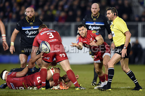 Gareth Davies of the Scarlets passes the ball. European Rugby Champions Cup match, between Bath Rugby and the Scarlets on January 12, 2018 at the Recreation Ground in Bath, England. Photo by: Patrick Khachfe / Onside Images