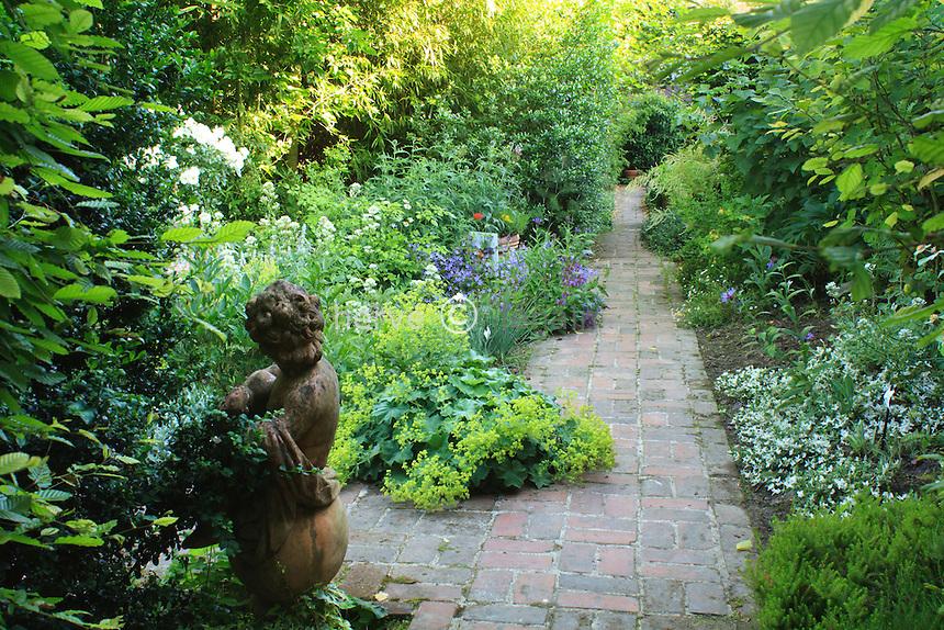 Jardins du pays d'Auge (mention obligatoire dans la légende ou le crédit photo):.allée pavée.