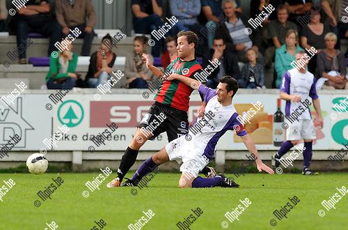 2014-10-19 / Voetbal / seizoen 2014-2015 / Heikant-Berlaar - Groen Rood Katelijne / Jef Bruynseels (Heikant) probeert Tim Herpoel van de bal te zetten.<br /><br />Foto: mpics.be