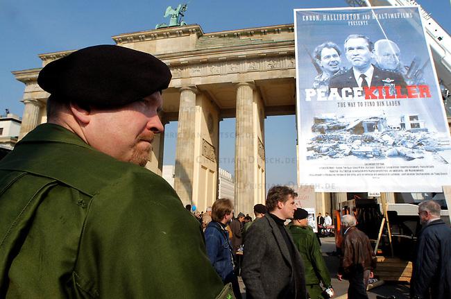 Protest gegen US-Krieg in Berlin<br /> Etwa 15.000 Menschen demonstrierten am Sonnabend den 12. April 2003 in Berlin gegen des US-Krieg gegen den Irak. Motto der Demonstration: &quot;Friede statt Besatzung&quot;. Die Demonstration zog als eine Art ruhiger und beschaulicher Friedens-Spaziergang durch den Tiergarten zum Brandenburger Tor.<br /> Hier: Ein Polizeibeamter betrachtet die Szenerie. Kriegsge&acute;gner haben ein fitives Filmplakat &quot;Peace Killer - The way to find Bin Laden&quot; mit den Konterfeis von Geogre W. Bush, Tony Blair und Dick Cheney vor dem Brandenburger Tor aufgestellt.<br /> 12.4.2003, Berlin<br /> Copyright: Christian-Ditsch.de<br /> [Inhaltsveraendernde Manipulation des Fotos nur nach ausdruecklicher Genehmigung des Fotografen. Vereinbarungen ueber Abtretung von Persoenlichkeitsrechten/Model Release der abgebildeten Person/Personen liegen nicht vor. NO MODEL RELEASE! Nur fuer Redaktionelle Zwecke. Don't publish without copyright Christian-Ditsch.de, Veroeffentlichung nur mit Fotografennennung, sowie gegen Honorar, MwSt. und Beleg. Konto: I N G - D i B a, IBAN DE58500105175400192269, BIC INGDDEFFXXX, Kontakt: post@christian-ditsch.de<br /> Bei der Bearbeitung der Dateiinformationen darf die Urheberkennzeichnung in den EXIF- und  IPTC-Daten nicht entfernt werden, diese sind in digitalen Medien nach &sect;95c UrhG rechtlich geschuetzt. Der Urhebervermerk wird gemaess &sect;13 UrhG verlangt.]