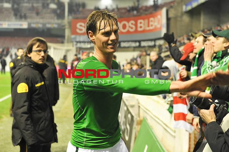 16.12.2009, ESP, UEFA Europa League 09/10 Stadion San Mames Werder Bremen (GER) - Athletic Bilbao ( ESP ) im Bild Dank an die Fans nach dem Sieg in BIlbao Tim Borowski (Bremen GER #6)  Foto © nph ( nordphoto )