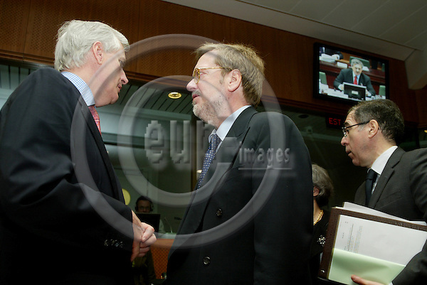 BRUSSELS - BELGIUM - 16 MARCH 2005 --Per Stig M¯LLER (R) (Moeller, Moller), Danish Minister of Foreign Affairs, speaking with his counterpart from France, Michel BARNIER (L) at the beginning of the Council meeting for Foreign Affairs.--  PHOTO: ERIK LUNTANG / EUP-IMAGES