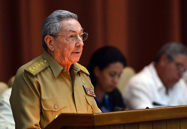CC01. LA HABANA (CUBA), 14/07/2017.- Fotografía cedida por la Agencia Cubana de Noticias (ACN), en la que el presidente de Cuba, Raúl Castro, pronuncia un discurso durante la primera reunión ordinaria de la Asamblea Nacional del Poder Popular (Parlamento unicameral) este viernes 14 de julio de 2017, en La Habana (Cuba). El producto interno bruto (PIB) de Cuba aumentó entre enero y junio de este año un estimado del 1,1 % tras decrecer en el 2016 un 0,9 %, en lo que supuso la primera recesión en 23 años, informó hoy una fuente oficial. EFE/Marcelino Vázquez/ACN/SOLO USO EDITORIAL/NO VENTAS