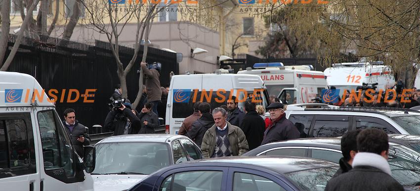 Esplosione davanti l'ambasciata Americana USA ad Ankara, Turchia. Al momento 2 persone sono morte, l'attentatore ed una guardia, e 2 ferite..L'esplosione è avvenuta all'interno del gabbiotto, l'attentatore non è riuscito ad entrare nell'Ambasciata e si è fatto saltare appena scoperto..An explosion in front of the U.S. embassy in the Turkish capital Ankara on Friday wounded several people.Ankara 1/2/2013 .Foto Roberto Giobbi Insidefoto