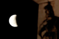 Un momento dell'eclissi lunare vista dal Colosseo, a Roma, 15 giugno 2011..A view of the lunar eclipse, seen from the Arch of Constantine, in Rome, 15 june 2011..UPDATE IMAGES PRESS/Riccardo De Luca
