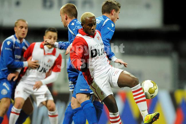 EMMEN - Voetbal, FC Emmen - FC  Den Bosch, Jupiler League, Unive stadion, seizoen 2011-2012, 20-02-2012 Emmen speler Matthieu in fel duel.