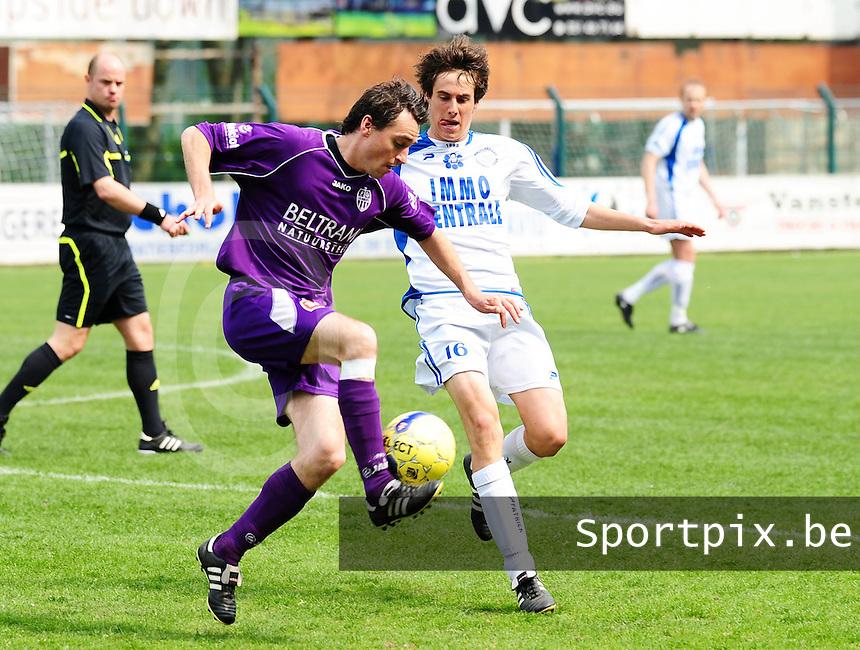 SW Harelbeke - FC Knokke : Giovanni Sandra aan de bal voor Jens Meert.foto VDB / Bart Vandenbroucke