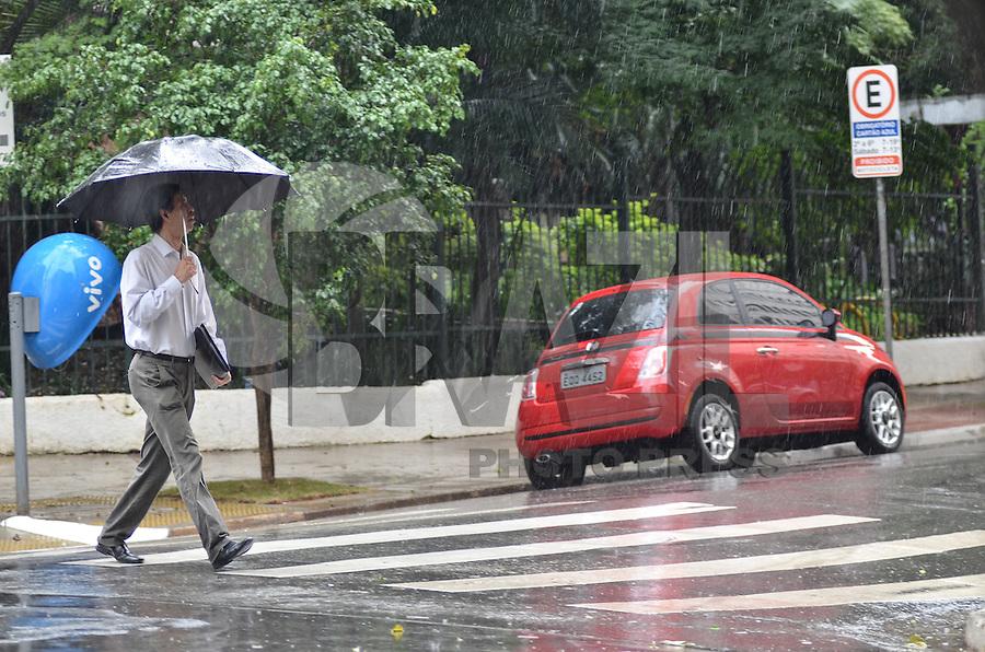 SAO PAULO, 08 DE FEVEREIRO DE 2013. - CLIMA TEMPO SP - Pancada de chuva atinge a capital, regiao central, na tarde desta sexta feira, 08. (FOTO: ALEXANDRE MOREIRA / BRAZIL PHOTO PRESS).