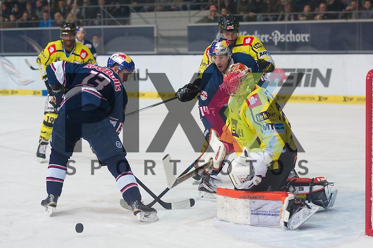 Eishockey, DEL, EHC Red Bull M&uuml;nchen - Krefeld Pinguine <br /> <br /> Im Bild Michael WOLF (EHC Red Bull M&uuml;nchen, 13) und Steve PINIZZOTTO (EHC Red Bull M&uuml;nchen, 14) scheitern an Patrick GALBRAITH (Krefeld Pinguine, 31) beim Spiel in der DEL EHC Red Bull Muenchen - Krefeld Pinguine.<br /> <br /> Foto &copy; PIX-Sportfotos *** Foto ist honorarpflichtig! *** Auf Anfrage in hoeherer Qualitaet/Aufloesung. Belegexemplar erbeten. Veroeffentlichung ausschliesslich fuer journalistisch-publizistische Zwecke. For editorial use only.