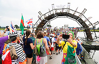 Nederland  Cuijk  2016. De Vierdaagse van Nijmegen. De Pontonbrug bij Cuijk. Wandelaar maakt selfie. Foto Berlinda van Dam / Hollandse Hoogte