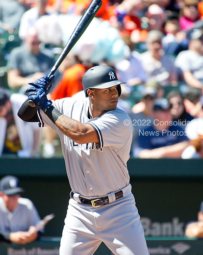 New York Yankees right fielder Aaron Hicks (31) bats in the first inning against the Baltimore Orioles at Oriole Park at Camden Yards in Baltimore, MD on Sunday, April 9, 2017.<br /> Credit: Ron Sachs / CNP<br /> (RESTRICTION: NO New York or New Jersey Newspapers or newspapers within a 75 mile radius of New York City)