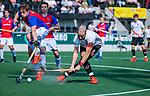 AMSTELVEEN - Billy Bakker (Adam) met Bas Appels (SCHC)   tijdens  de hoofdklasse competitiewedstrijd hockey heren,  Amsterdam-SCHC (3-1). COPYRIGHT KOEN SUYK