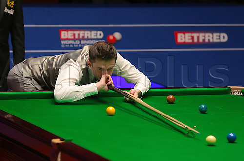 30.04.2016. The Crucible, Sheffield, England. World Snooker Championship. Semi Final, Mark Selby versus Marco Fu. Mark Selby plays a shot with the rest