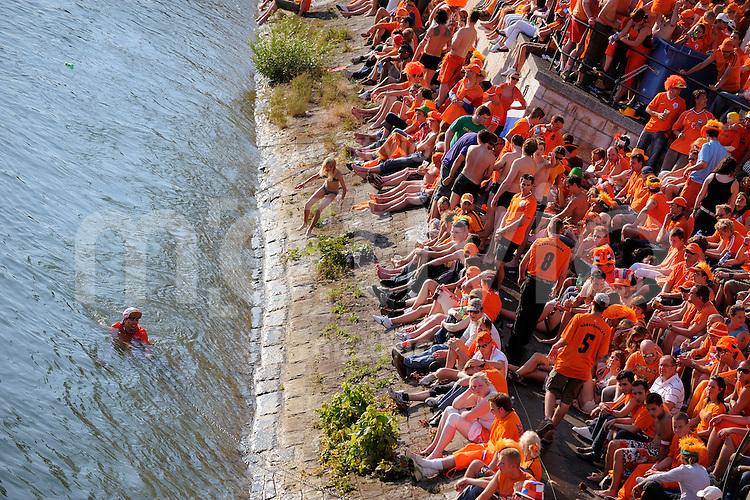 FUSSBALL EUROPAMEISTERSCHAFT 2008  Niederlande - Russland    21.06.2008 Ein Fan aus Holland badet zur Abkuehlung im Rhein. In der Public Viewing Zone an der mittleren Rheinbruecke warten tausende Fans auf die Begegnung mit Russland.