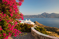 Greece, South Aegean, Cyclades, Milos island, Plaka: View over white old town of Plaka and Milos Bay with colourful bougainvillea | Griechenland, Suedliche Aegaeis, Kykladen, Insel Milos, Plaka: Blick auf Plaka und die Bucht von Milos, Bougainvillea in voller Bluete