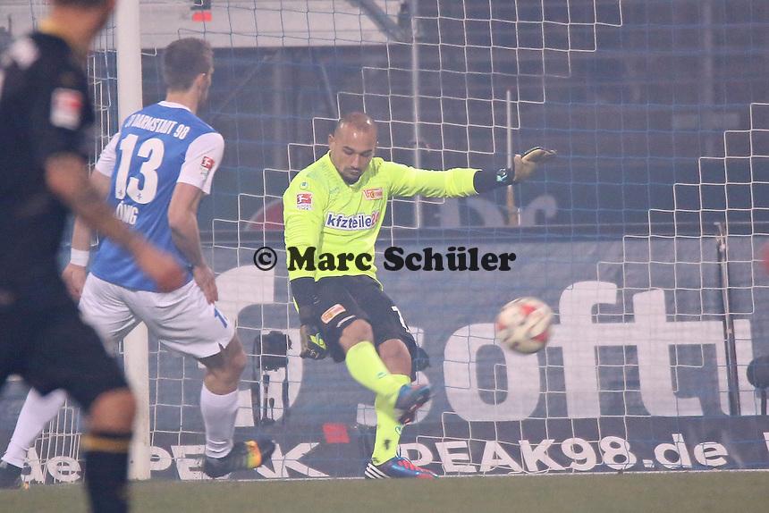 Mohamesd Ansif (Union) klaert vor Ronny Koenig (SV98) - SV Darmstadt 98 vs. 1. FC Union Berlin, Stadion am Boellenfalltor