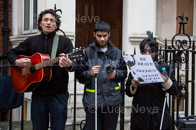 London, 16/03/2015. Activists and member of the public gathered outside the Ecuadorian Embassy in Knightsbridge in support and solidarity with Julian Assange and to mark his 1000 days inside the Embassy. The 16th August 2012 the President of Ecuador Rafael Correa and his Government granted the Diplomatic Asylum to the founder of WikiLeaks.