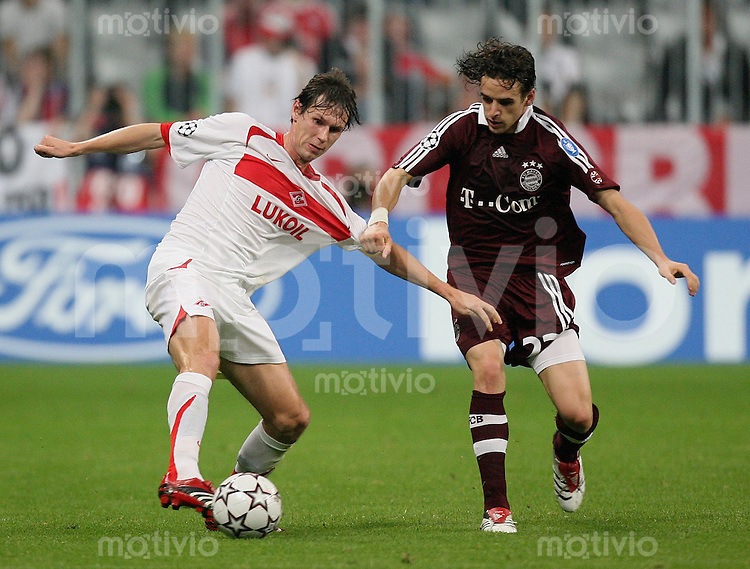 FUSSBALL Champions League 2006/2007  Gruppe B FC Bayern Muenchen - Spartak Moskau Yegor Titov (M,li) gegen Owen Hargreaves ( FC B)
