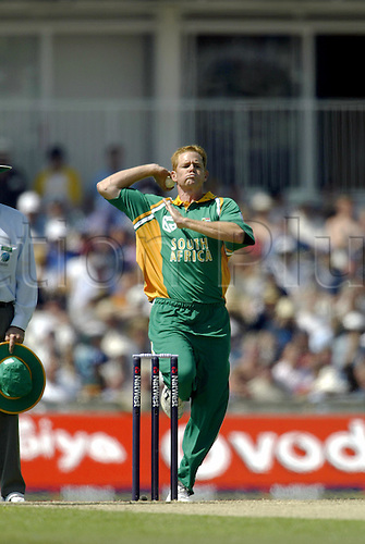 SHAUN POLLOCK bowling for South Africa, England v SOUTH AFRICA, The NatWest Series, The AMP Oval, 030628. Photo: Glyn kirk/Action Plus...2003.Cricket  cricketer cricketers.bowler bowlers...