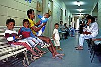 Espera por atendimento em posto de saúde no Sacomã. São Paulo. 1995. Foto de Juca Martins.